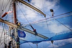 Trickline ponad pokładem statku podczas zawodów RedBull Slackship wGdyni