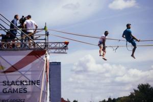 Przejścia highline naczas nadrzeką Brdą podczas Slackline Games wBydgoszczy