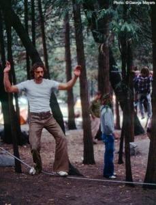 Larry Zulim balansujący nastalowym łańcuchu, lata 70., dolina Yosemite